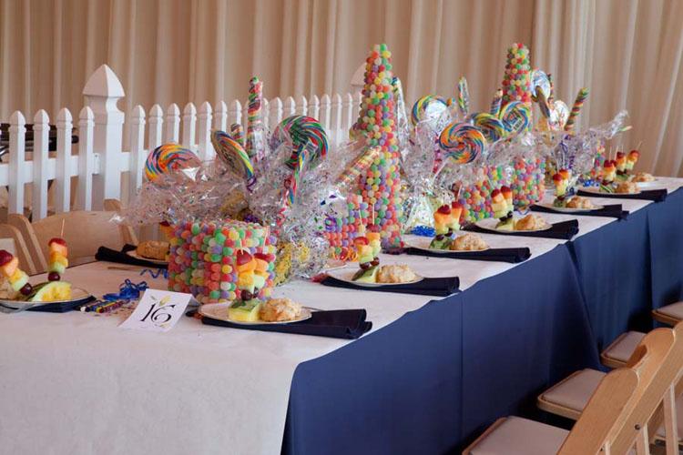 Τραπέζι για παιδιά στη γαμήλια δεξίωση.