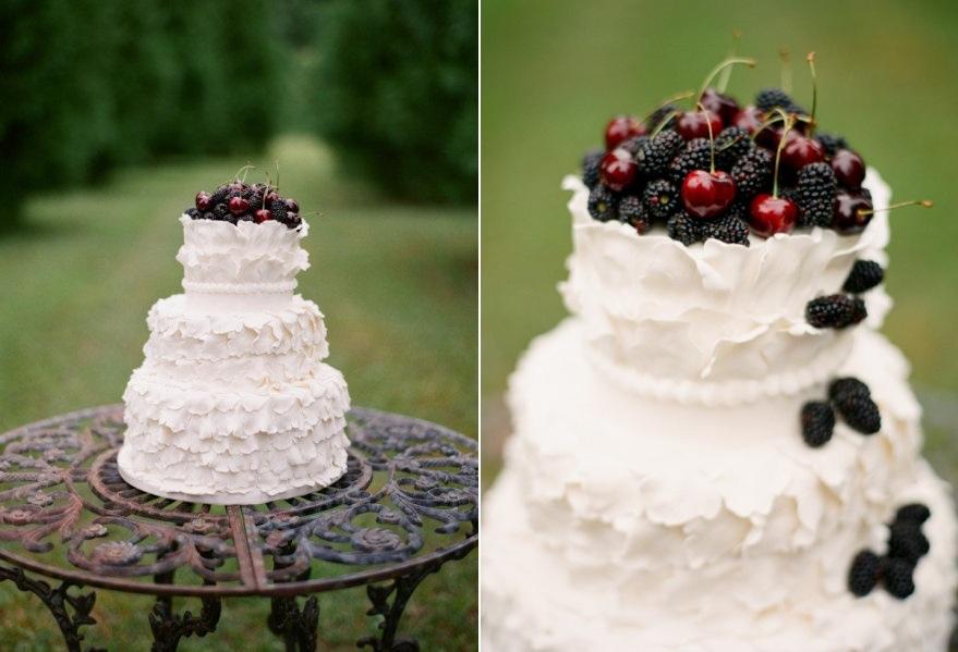 Γαμήλια τούρτα με φρέσκα φρούτα για topper.
