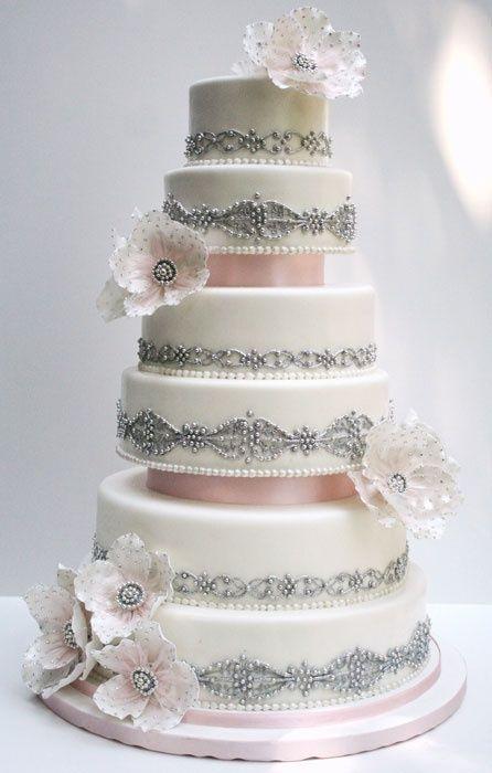 Γαμήλια τούρτα με ψεύτικα στρώματα.