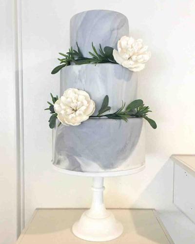 Vegan γαμήλια τούρτα με λουλούδια.