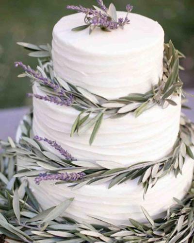 Γαμήλια τούρτα με λεπτομέρειες δεντρολίβανου.