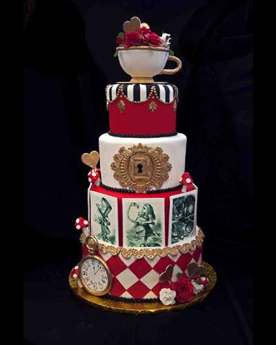 """Γαμήλια τούρτα εμπνευσμένη από την """"Αλίκη στη Χώρα των Θαυμάτων""""."""
