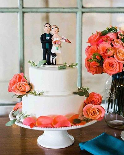 Γαμήλια τούρτα με λουλούδια σε έντονα χρώματα.