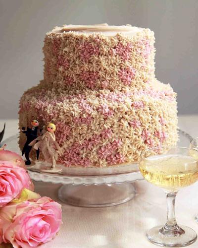 Γαμήλια τούρτα με ιδιαίτερες λεπτομέρειες.