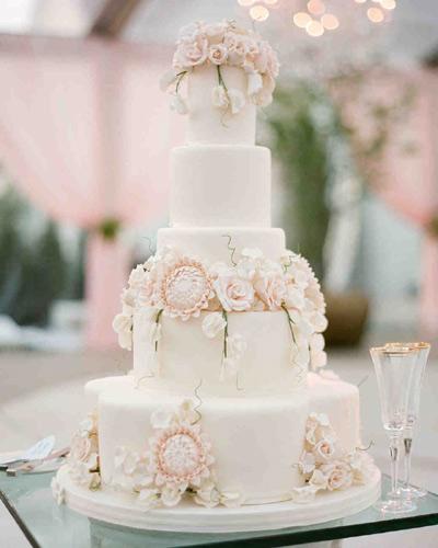 Πενταώροφη γαμήλια τούρτα.