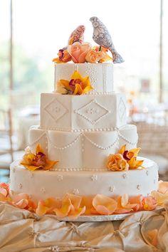 Γαμήλια τούρτα με διάφορα σχήματα.