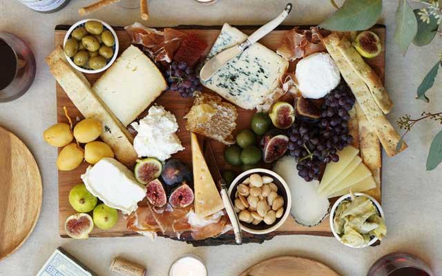 Πιατέλα με ποικιλία τυριών και άλλα ορεκτικά.