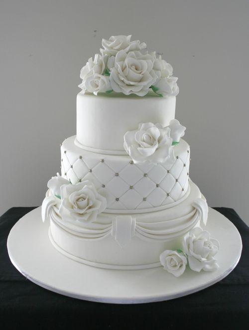 Γαμήλια τούρτα με τρία επίπεδα.