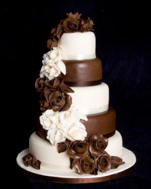 Γαμήλια τούρτα με σοκολάτα.