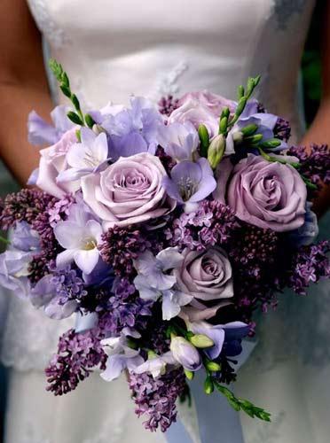 Γαμήλια ανθοδέσμη σε μωβ αποχρώσεις.
